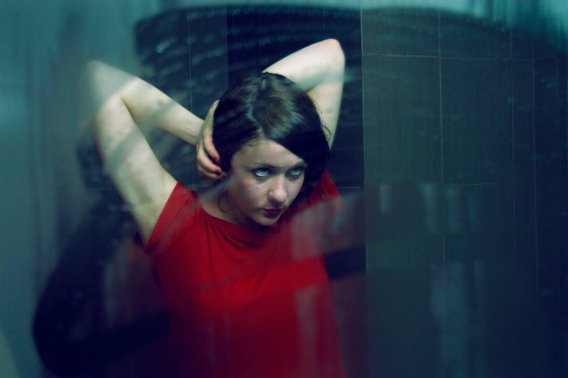 brațe, brunetă, cămașă roșie