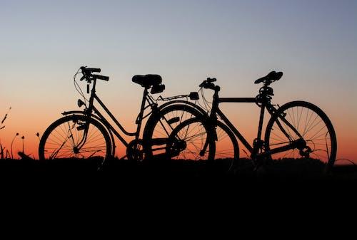 Gratis lagerfoto af cykler, cyklist, morgengry, solnedgang
