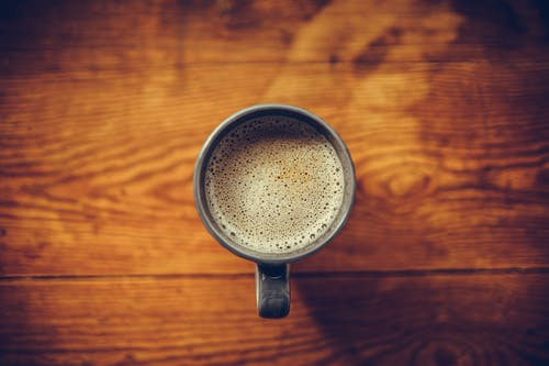 Foto d'estoc gratuïta de cafè, cafè negre, copa, detalls de fusta