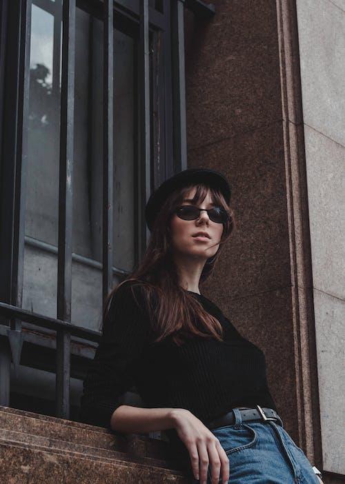 Photos gratuites de brune, citadin, femme, fenêtre