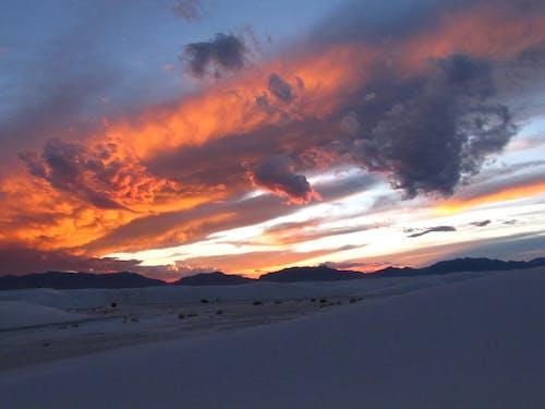 Бесплатное стоковое фото с апельсин, вечер, голубой, гора