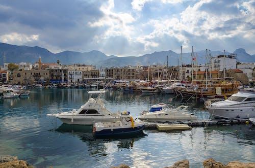 Gratis arkivbilde med båter, båthavn, brygge, by