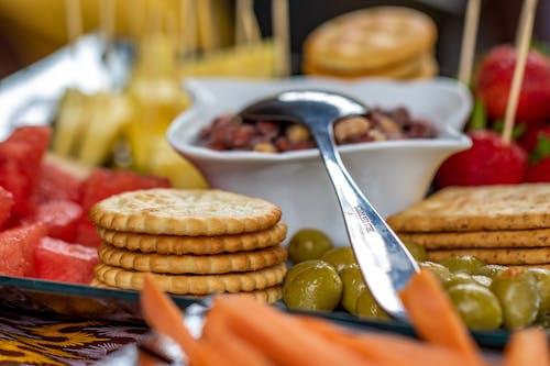 Ilmainen kuvapankkikuva tunnisteilla keksit, mansikat, mutterit, naposteltavaa