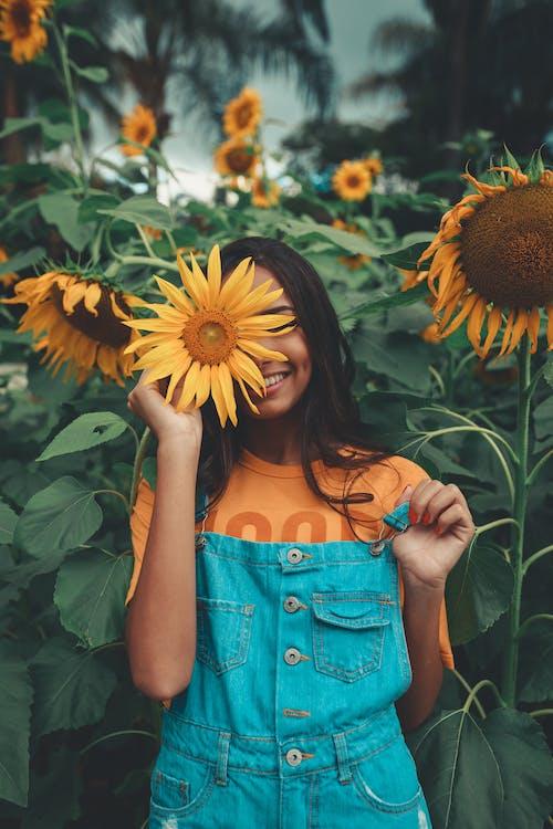 女人控股向日葵