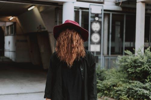 Безкоштовне стокове фото на тему «волосина, Вулиця, Денне світло, довгі рукава»