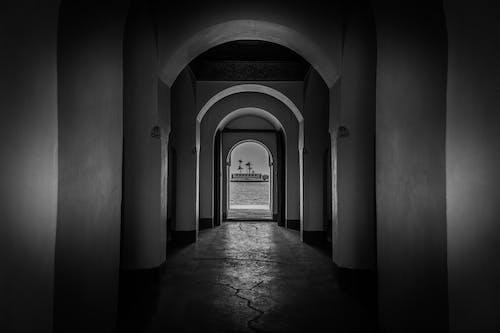 Základová fotografie zdarma na téma architektura, černobílý, chodba, chodník