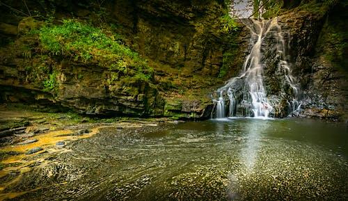 Бесплатное стоковое фото с водопад, мшистые камни, окружающая среда, пейзаж