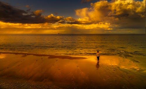 Darmowe zdjęcie z galerii z chmury, chodzenie, czas wolny, dziecko