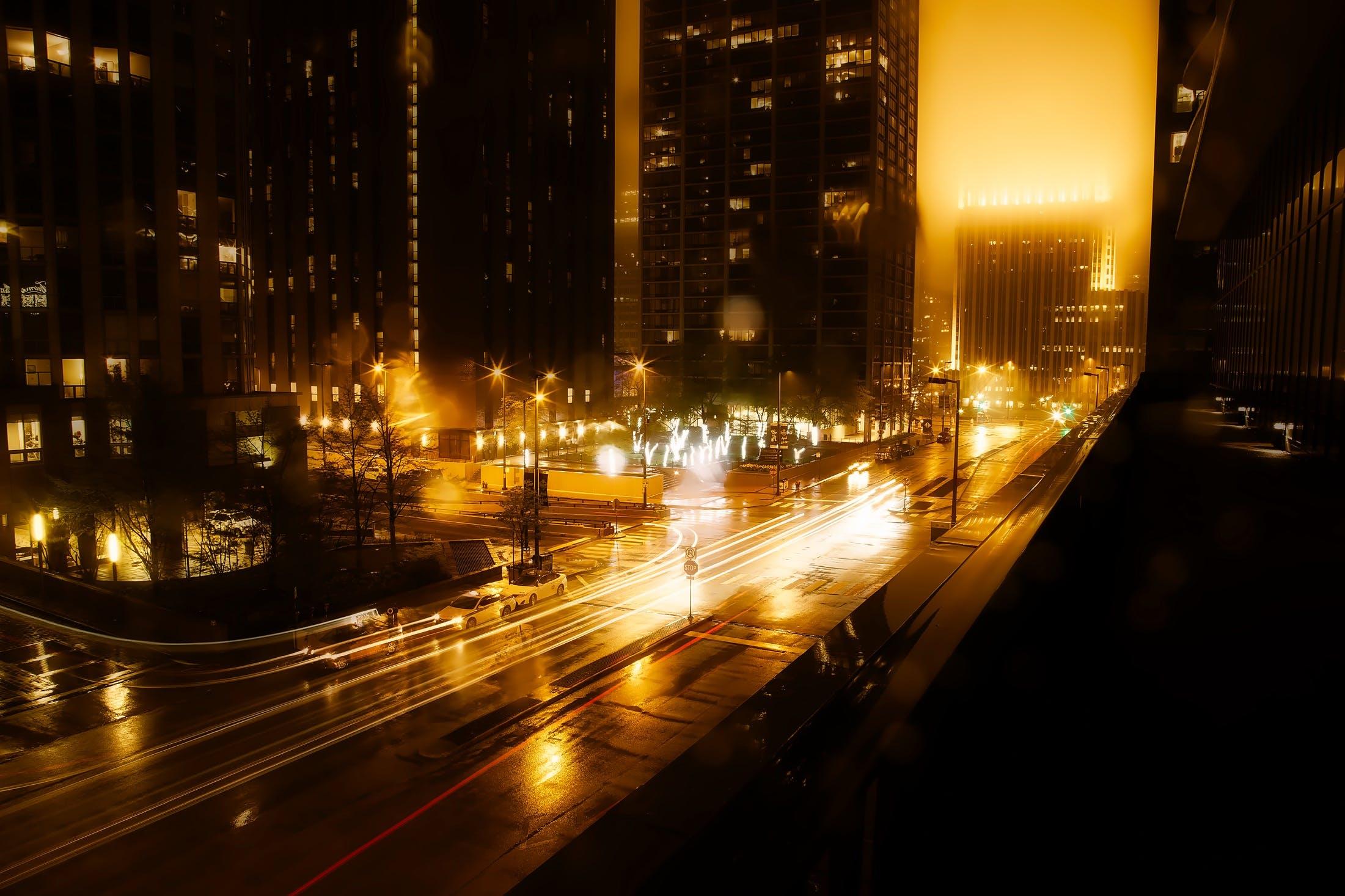 Kostenloses Stock Foto zu abend, architektur, auto, beleuchtet