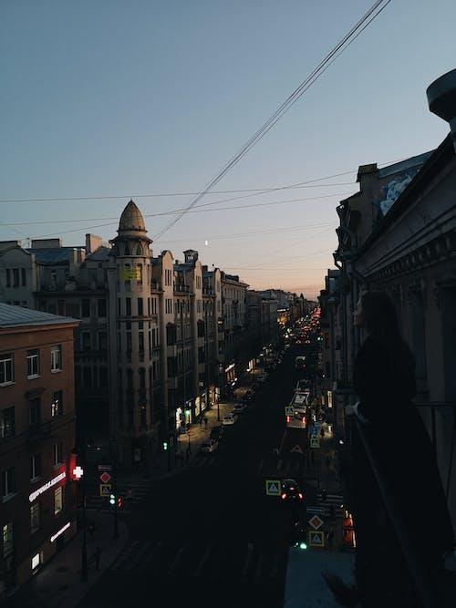 Foto d'estoc gratuïta de a l'aire lliure, arquitectura, capvespre, carrer
