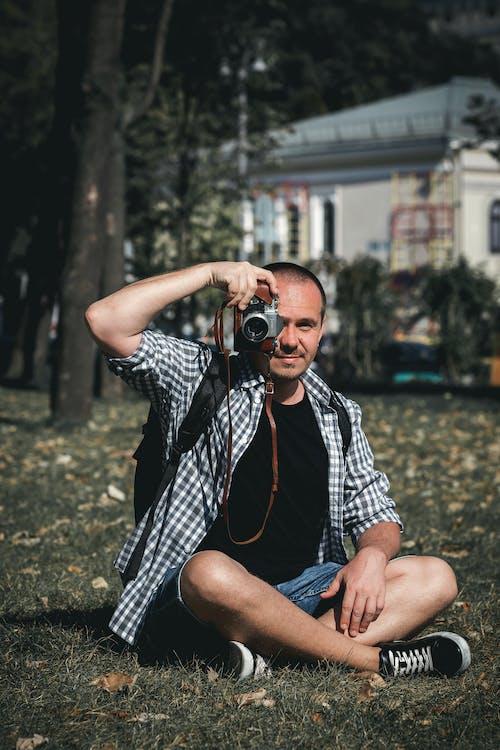 Mann Hält Kamera