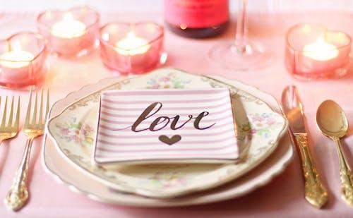 Безкоштовне стокове фото на тему «виделка, посуд, свічки, сервірування столу»