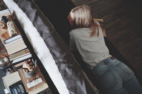 내부, 누워 있는, 데님 팬츠, 매력적인의 무료 스톡 사진