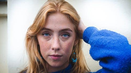 Gratis stockfoto met aantrekkelijk mooi, blauwe ogen, blond haar, kijkend