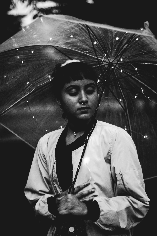 Základová fotografie zdarma na téma černobílý, deštník, dospělý, móda