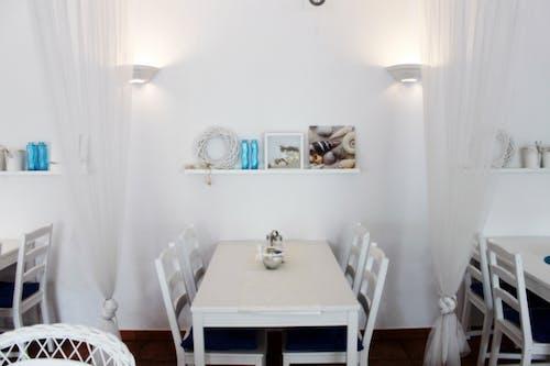 Foto d'estoc gratuïta de blanc, cadires, llums, mur