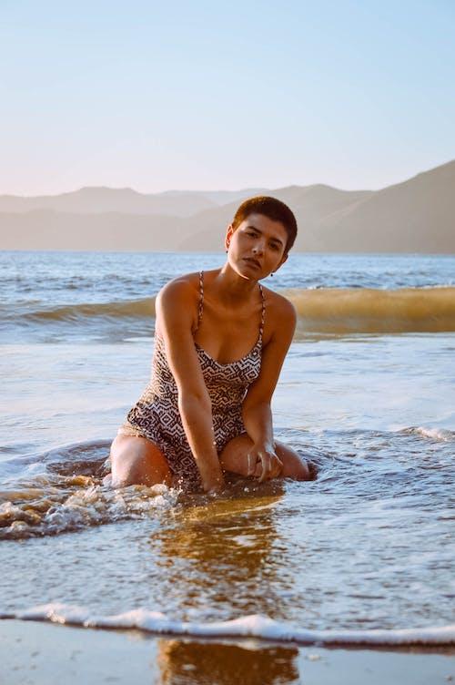 Darmowe zdjęcie z galerii z kobieta, morze, na dworze, ocean