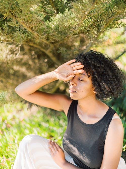 坐, 女人, 手, 捲髮 的 免費圖庫相片