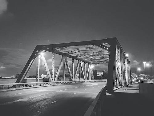 Безкоштовне стокове фото на тему «Вулиця, дорога, Ліхтарі, міст»