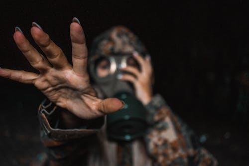 Foto d'estoc gratuïta de concentrar-se, mà, màscara de gas, militar