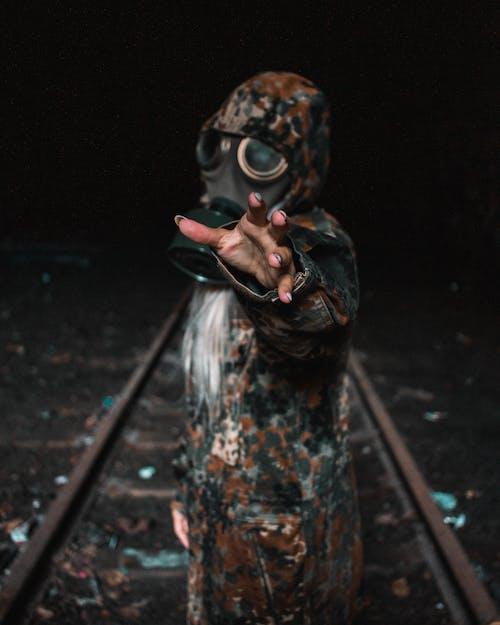 Foto d'estoc gratuïta de apocalipsi, concentrar-se, màscara de gas, tren de la pista