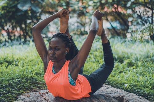 Kostenloses Stock Foto zu farbige frau, fels, fitness, flexibel