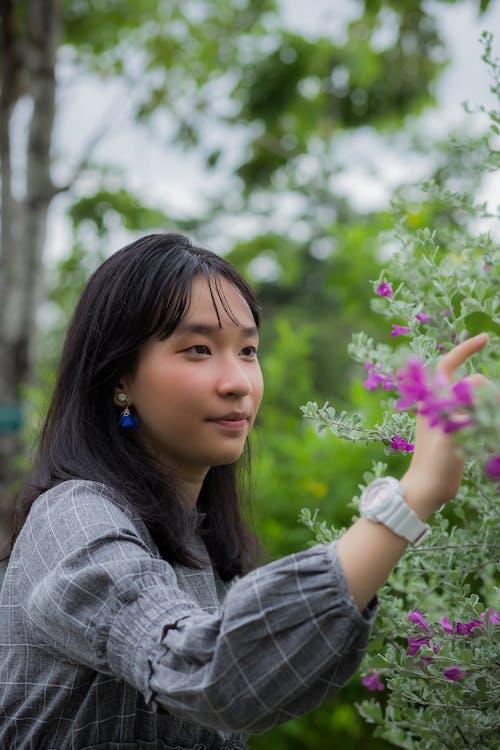 Foto stok gratis bunga ungu, gadis cantik, gadis-gadis muda, kelopak