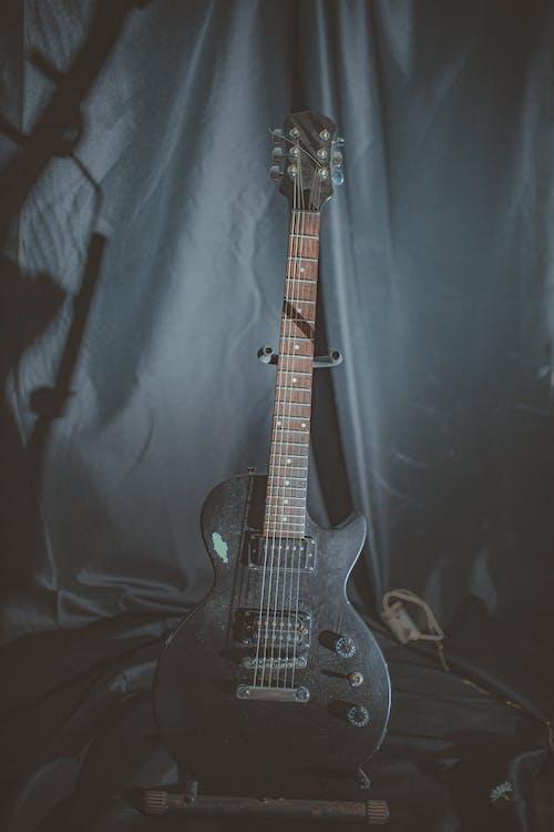 ahşap, elektrik, elektro gitar, gitar içeren Ücretsiz stok fotoğraf