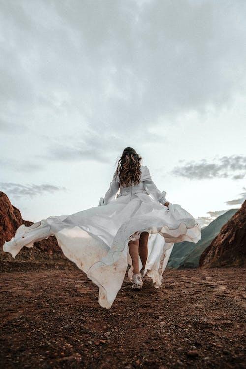 Základová fotografie zdarma na téma bahnitý, bílé šaty, brunetka, cesta