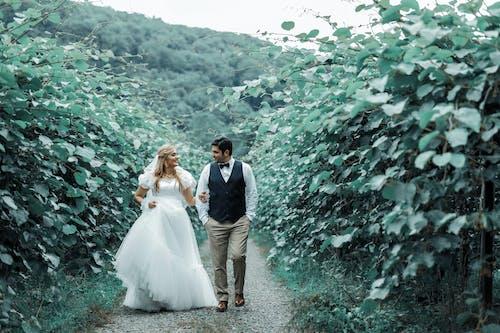 Gratis arkivbilde med brud, brudekjole, brudgom, gå