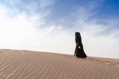 Безкоштовне стокове фото на тему «Абая, арабська леді, відбиток стопи, занедбане село»