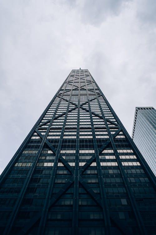 Gratis lagerfoto af arkitektur, bygning, højhus, lavvinkelskud