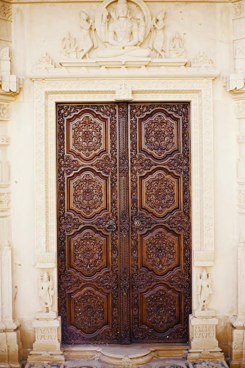 Бесплатное стоковое фото с Архитектурное проектирование, деревянная дверь, дизайнерская дверь, индуистский храм