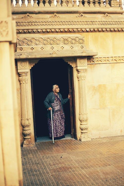 Бесплатное стоковое фото с архитектура, Взрослый, дверной проем, дверь