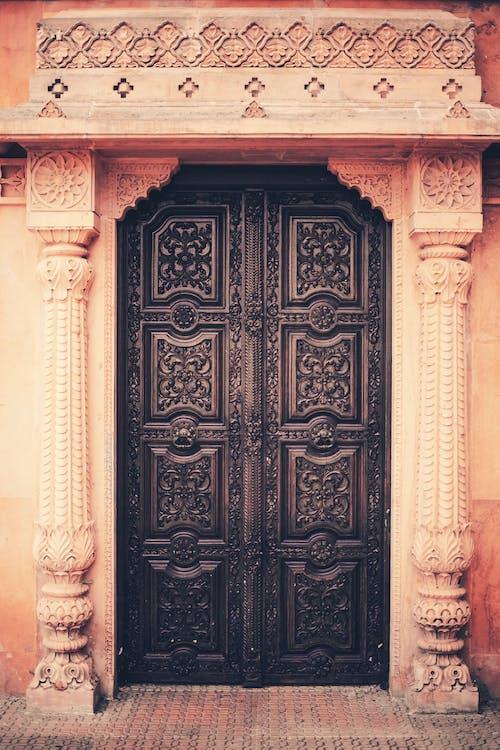 Бесплатное стоковое фото с Архитектурное проектирование, деревянная дверь, индуистский храм, классический