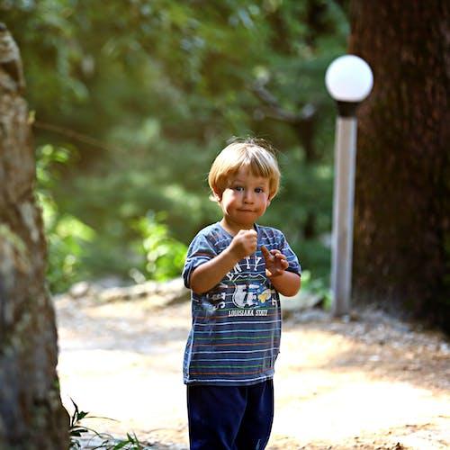 Darmowe zdjęcie z galerii z brzdąc, chłopak, dziecko, mały