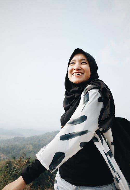 Photos gratuites de beau, content, femme, foulard