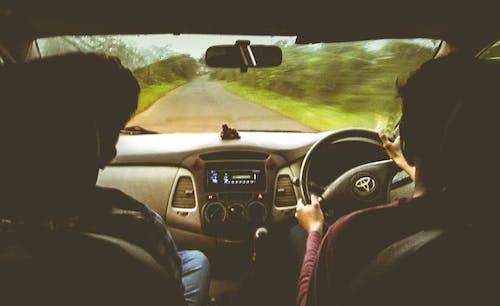 Бесплатное стоковое фото с автомобиль, ветровое стекло, виньетка, внутри машины
