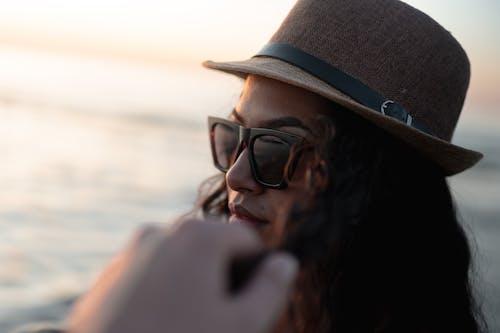 Ilmainen kuvapankkikuva tunnisteilla aurinkolasit, hattu, naine, silmälasit