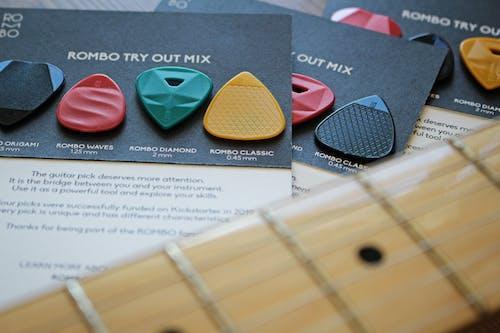 기타 기어, 기타 액세서리, 기타리스트, 어쿠스틱 기타의 무료 스톡 사진
