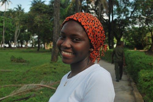 Foto profissional grátis de alegre, bandana, expressão facial, mulher