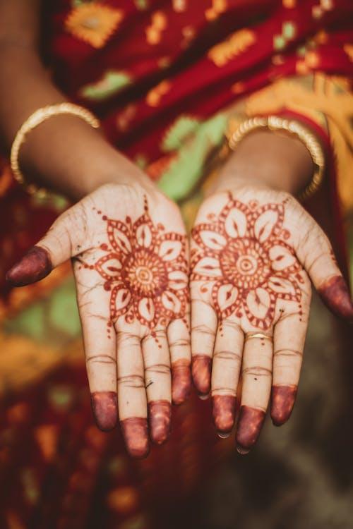 Darmowe zdjęcie z galerii z bransoletki, henna, mehndi, ręce