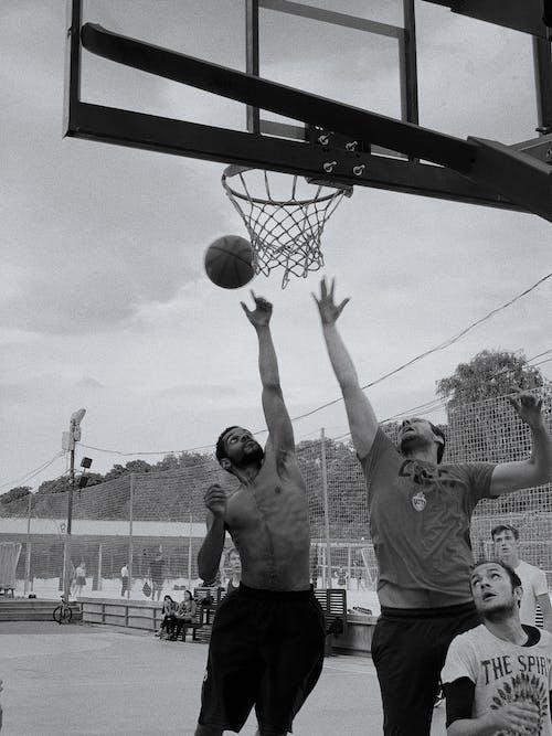 Мужчины играют в баскетбол