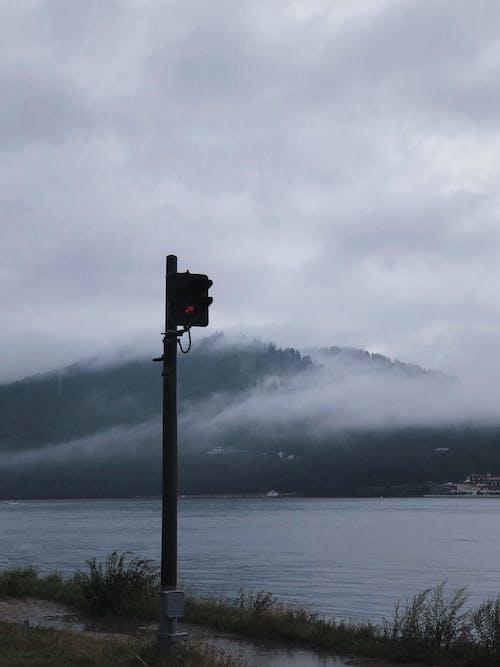 Ilmainen kuvapankkikuva tunnisteilla järvi, liikennevalo, luonto, maisema