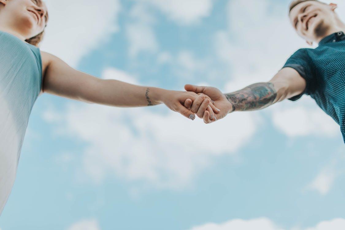 byť spolu, držanie za ruky, dvojica