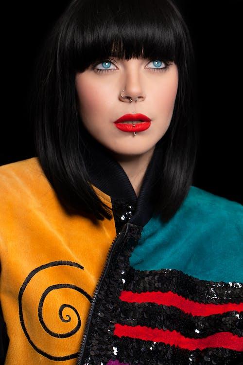 검은 머리, 다른 곳을 바라보는, 모델, 밝은 눈의 무료 스톡 사진