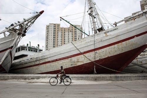 Photos gratuites de bateaux, bateaux de pêche, bâtiment, bicyclette