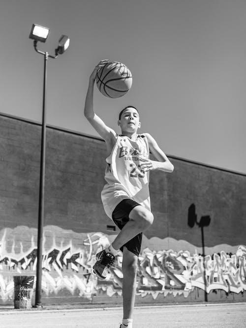 Ảnh lưu trữ miễn phí về bóng rổ, chuyển động, con trai, đen và trắng