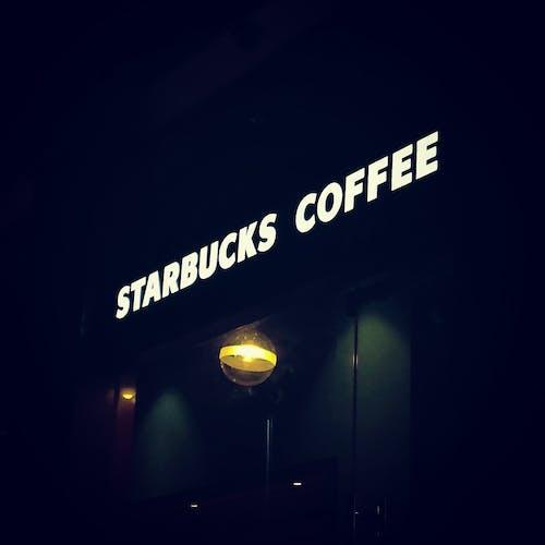Kostenloses Stock Foto zu beleuchtet, dunkel, kaffee, starbucks