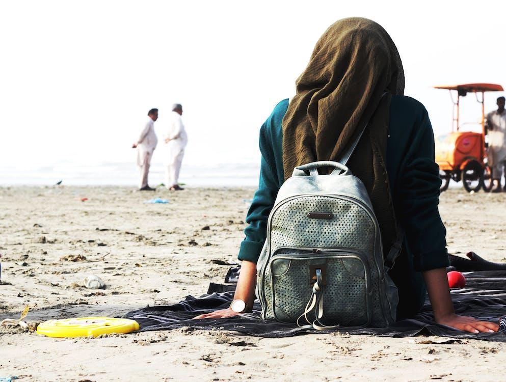 ασιατικό κορίτσι, δίπλα στη θάλασσα, θέα στη θάλασσα